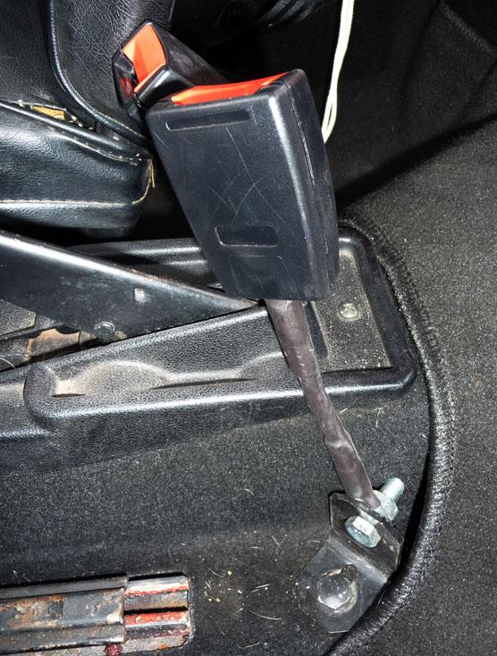 Photo montrant l'emplacemenent de montage des tiges-boucles de ceinture sur une FIAT 500